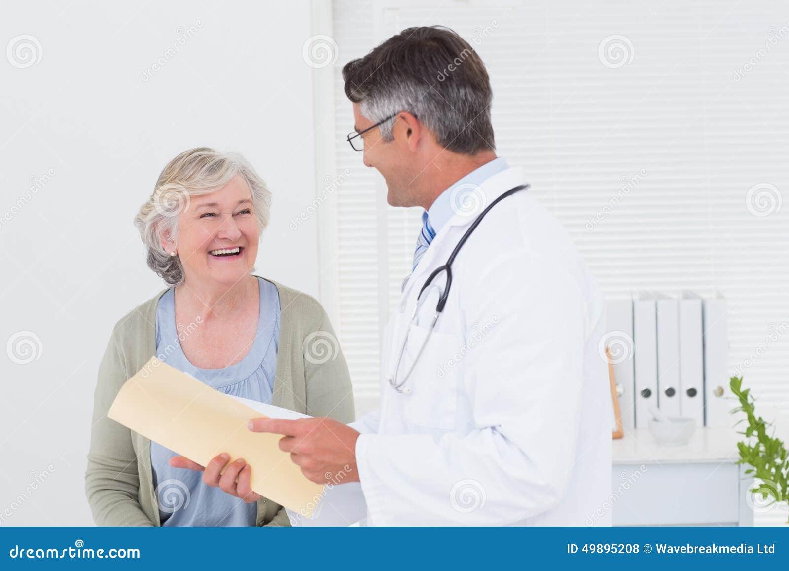 Medico e paziente che conversano sopra i rapporti