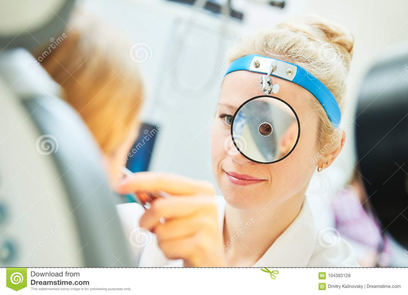Medico femminile della gola OTORINOLARINGOIATRICA del naso dell orecchio sul lavoro