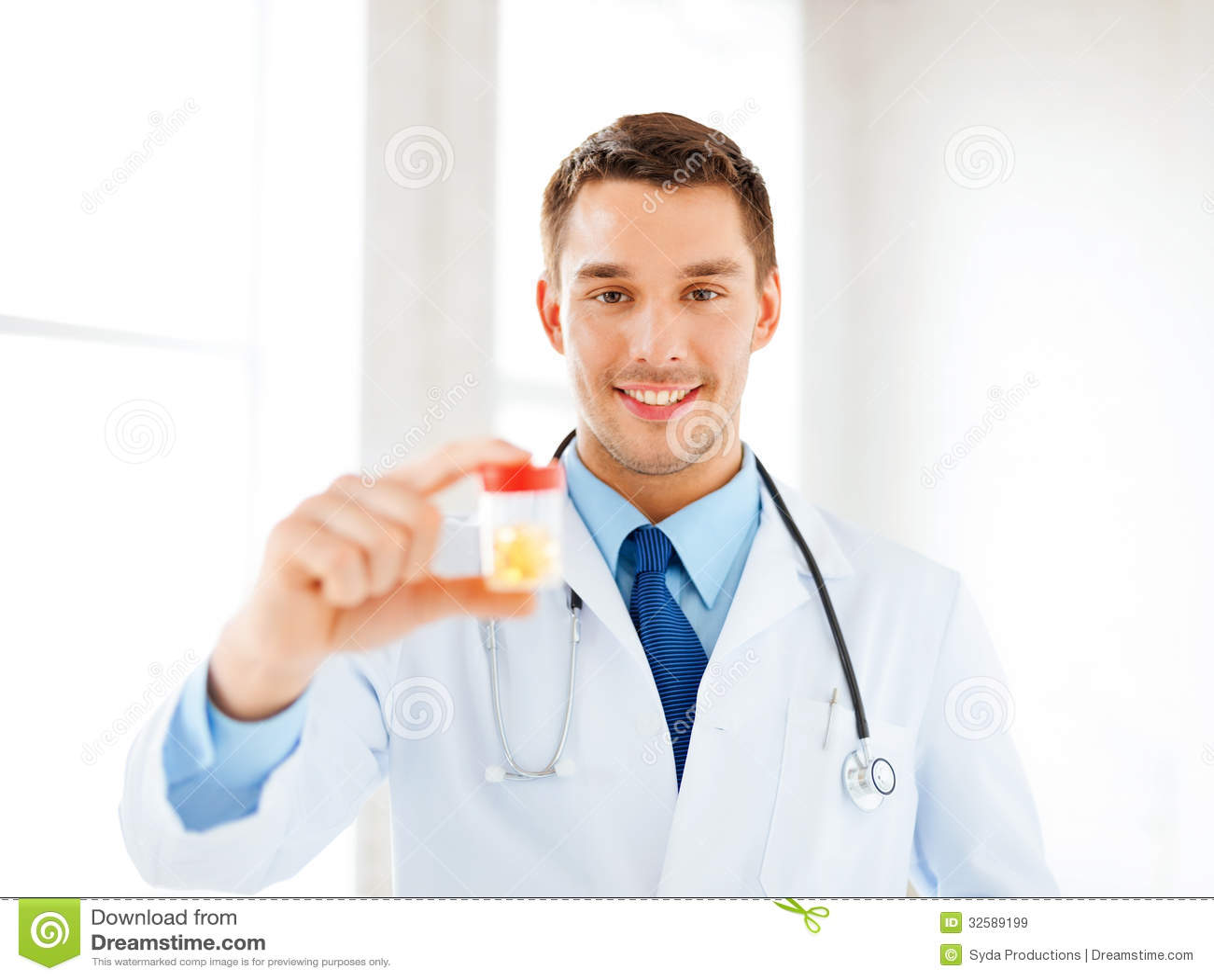 Medico maschio con il barattolo delle capsule