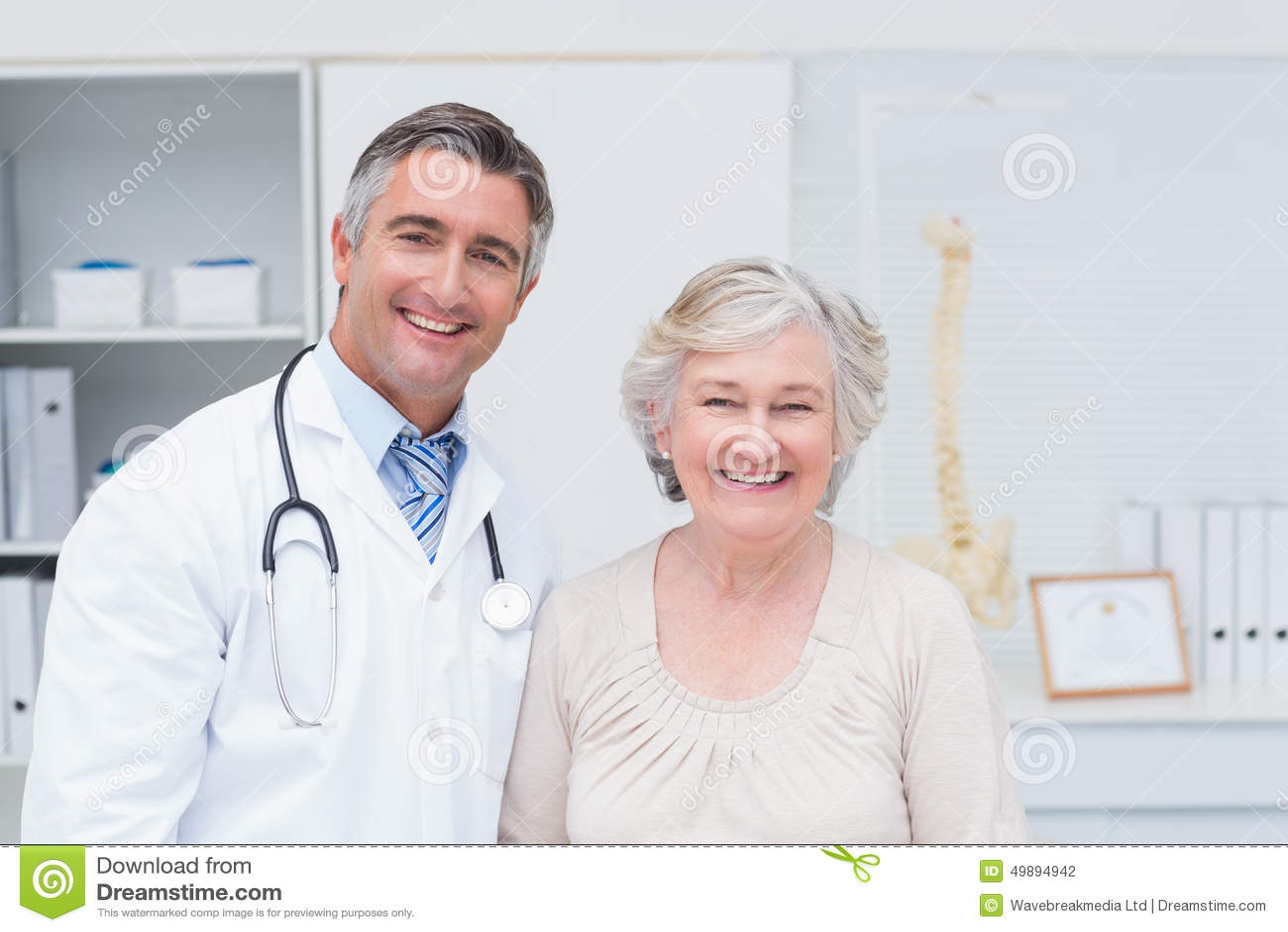 Medico maschio felice e paziente femminile in clinica