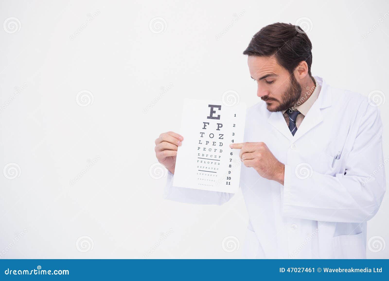 Medico nella prova dell occhio di rappresentazione del cappotto del laboratorio