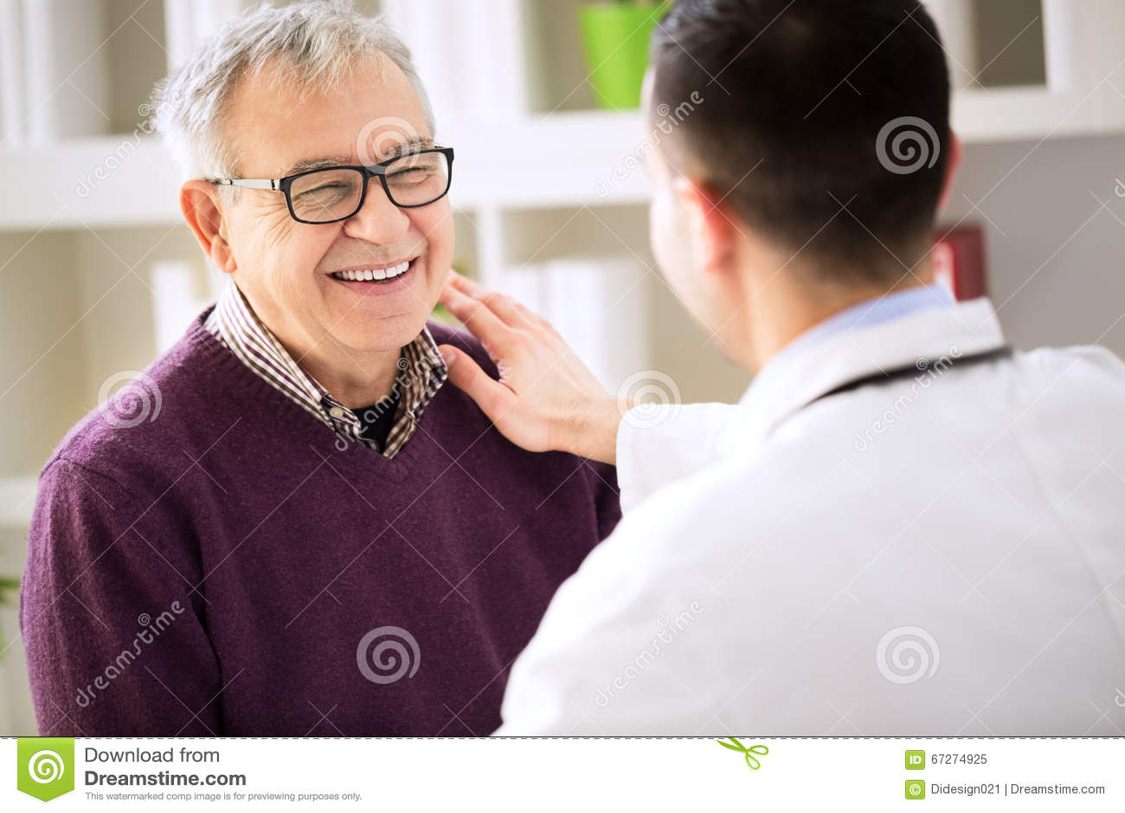 Medico paziente felice sorridente di visita