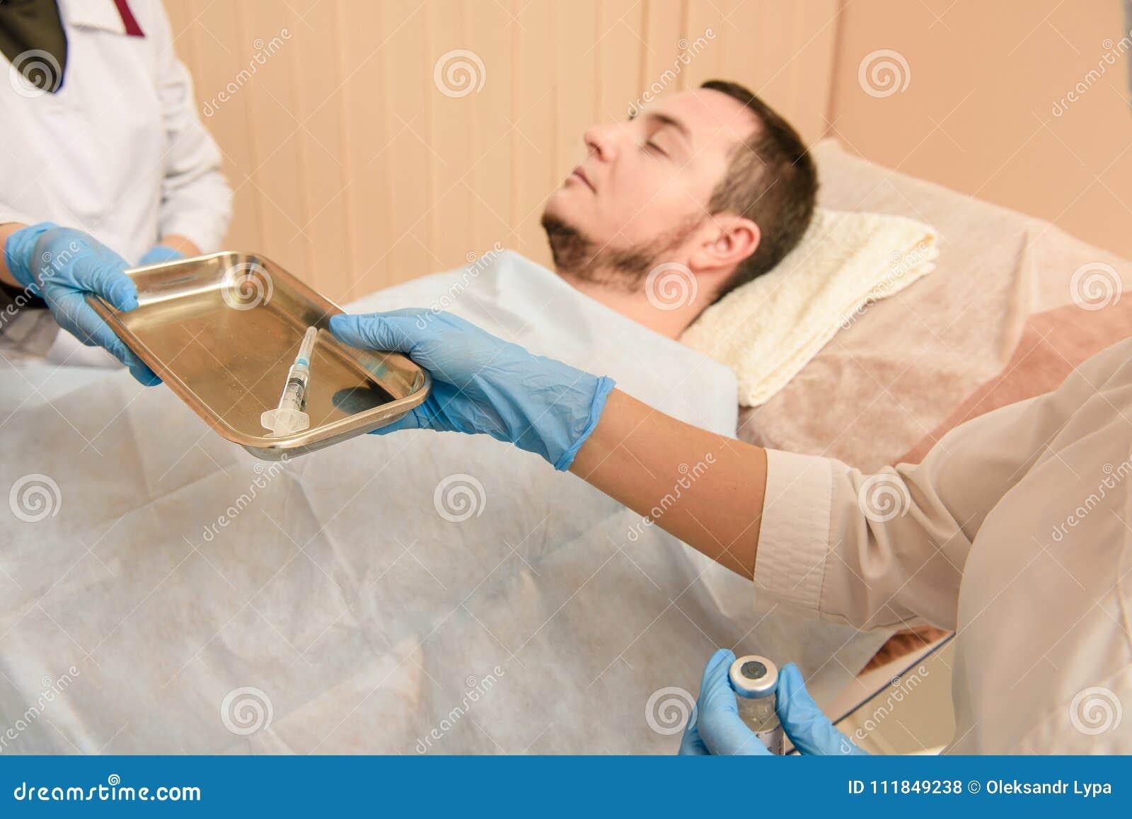 Medico prende una siringa