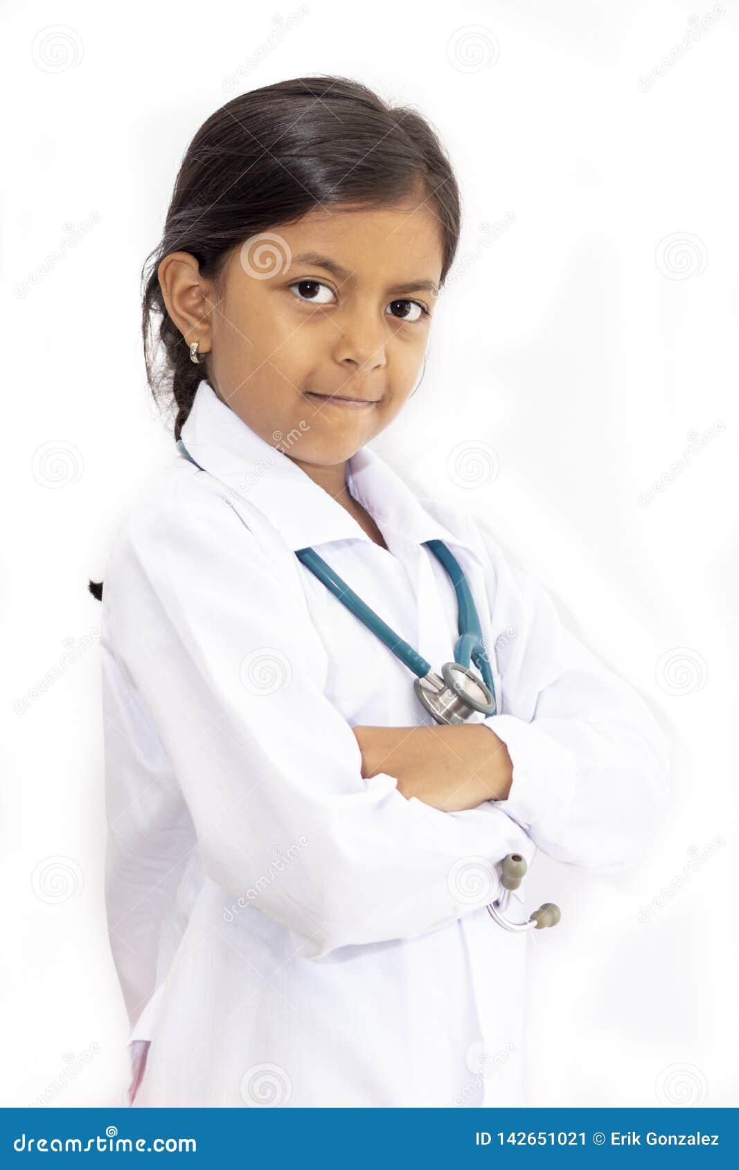 Medico sveglio della bambina con l uniforme