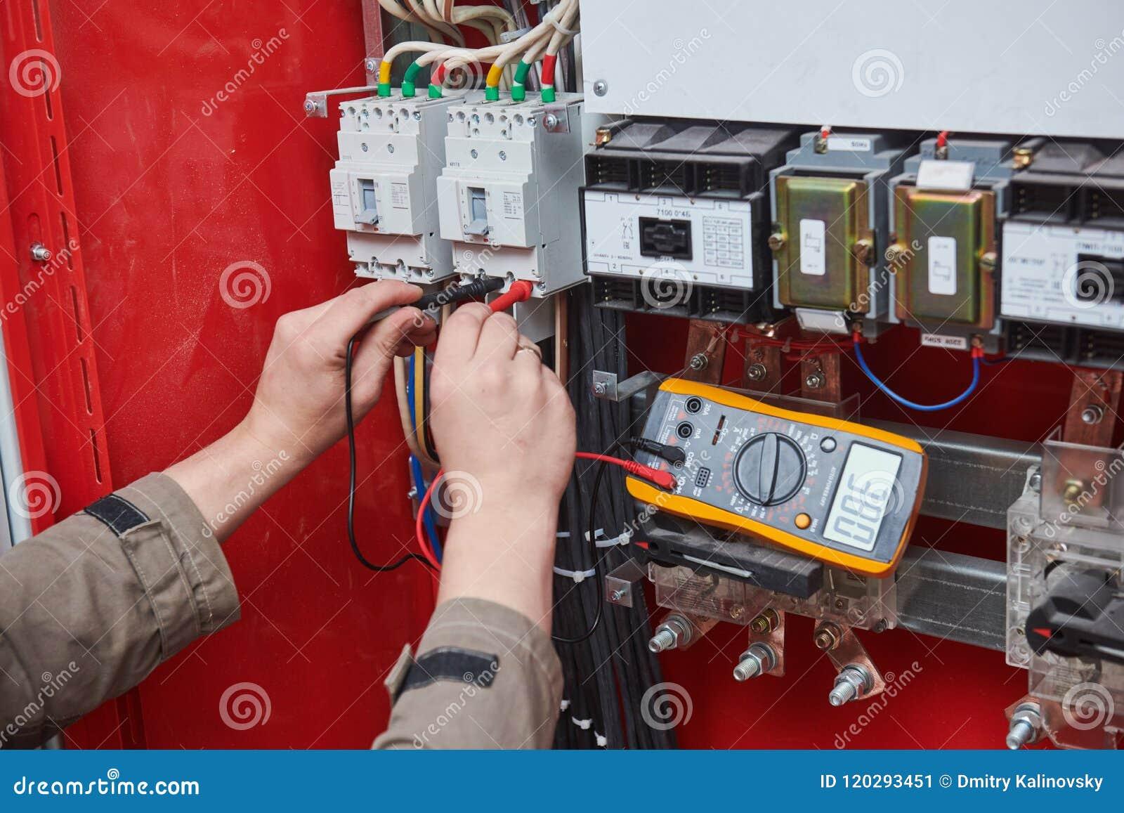 Medidas del electricista con el probador del multímetro