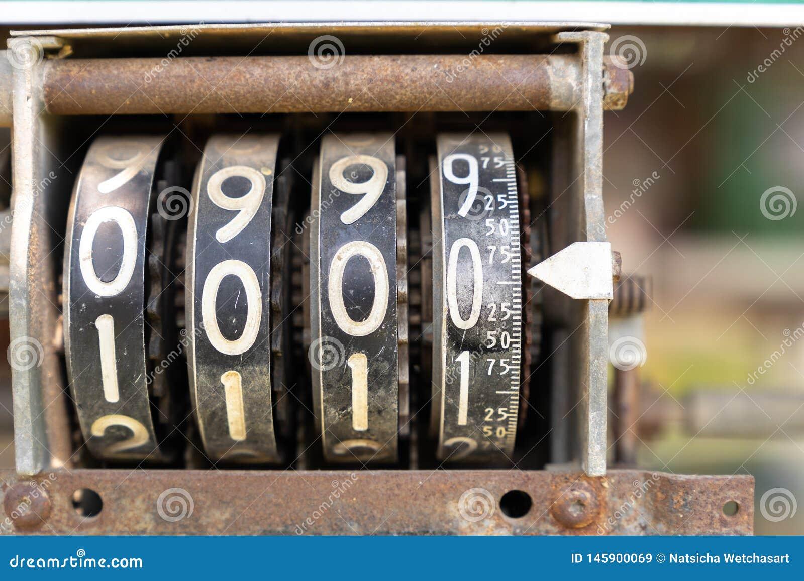 Medidor análogo contrário do número na máquina do óleo do vintage