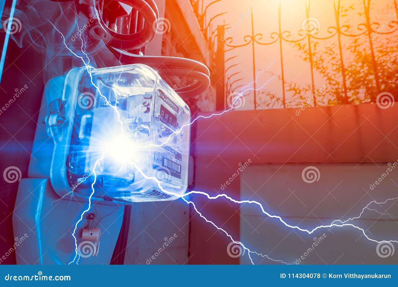 Medidor da hora do watt com perigo do curto-circuito da eletricidade do poder do uso excessivo
