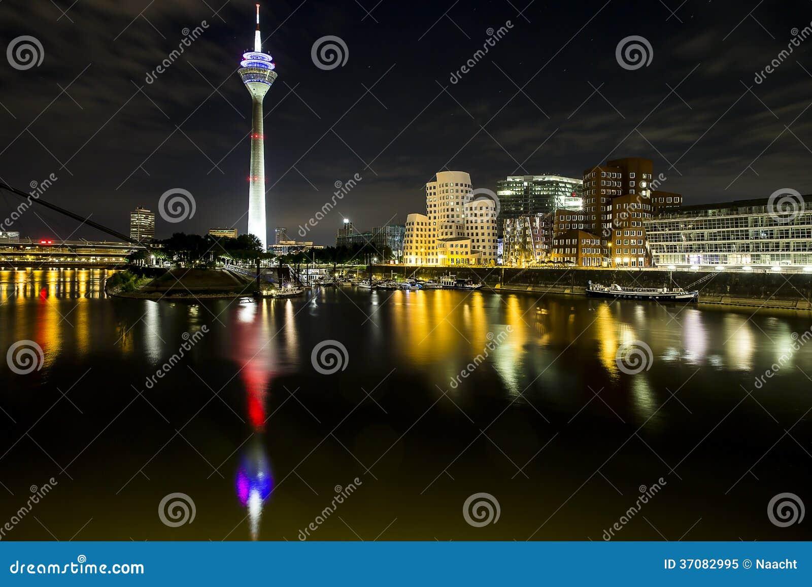Download Medienhafen przy nocą obraz stock. Obraz złożonej z budynki - 37082995