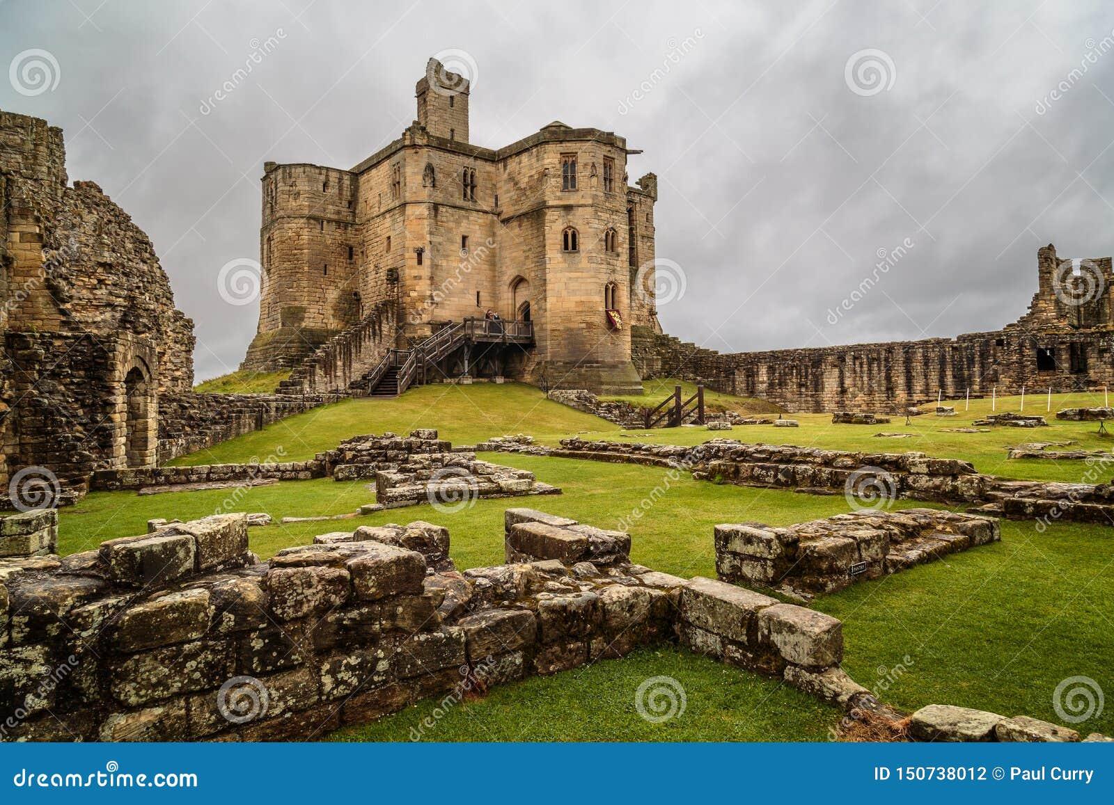 Medievel ruinent le château de Warkworth du Northumberland