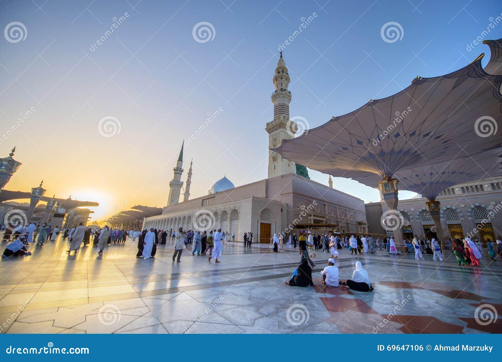 MEDINA, SAUDI-ARABIEN (KSA) - 21. MÄRZ: Sonnenuntergang an Nabawi-Moschee