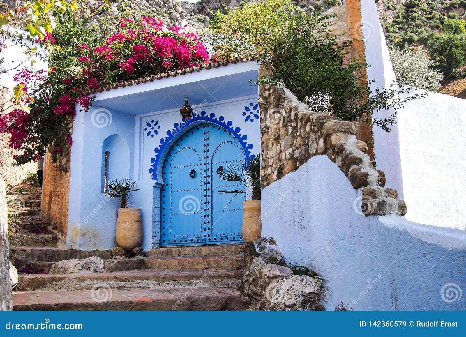 Medina van Chefchaouen, Marokko nam van voor zijn gebouwen in schaduwen van blauw nota