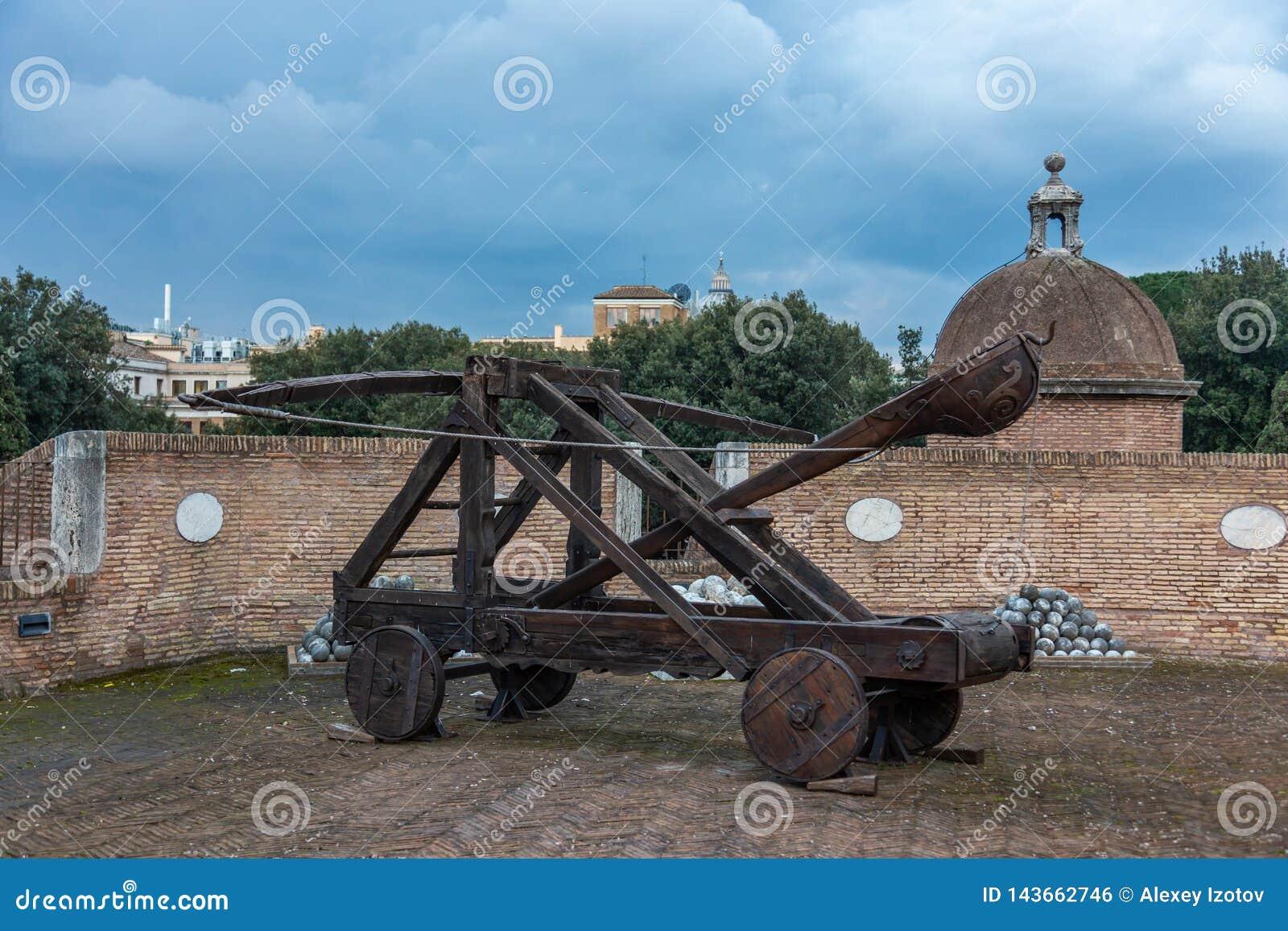 Medio evo che gettano le armi sulla parete del castello dell angelo del san, Roma