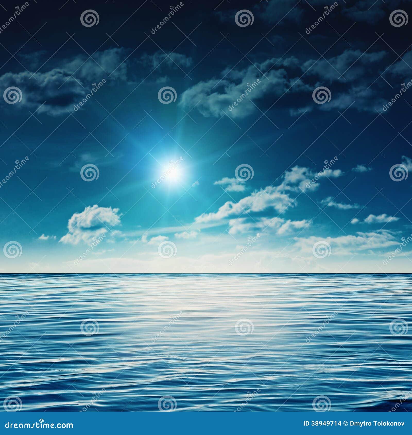 Mediodía de la belleza en el mar del verano
