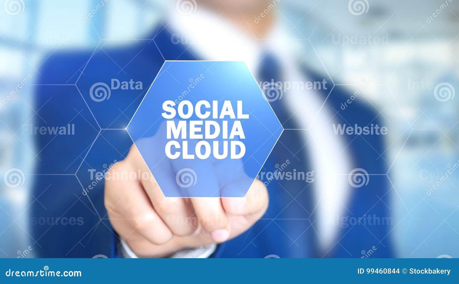 Medios nube social, hombre que trabaja en el interfaz olográfico, pantalla visual