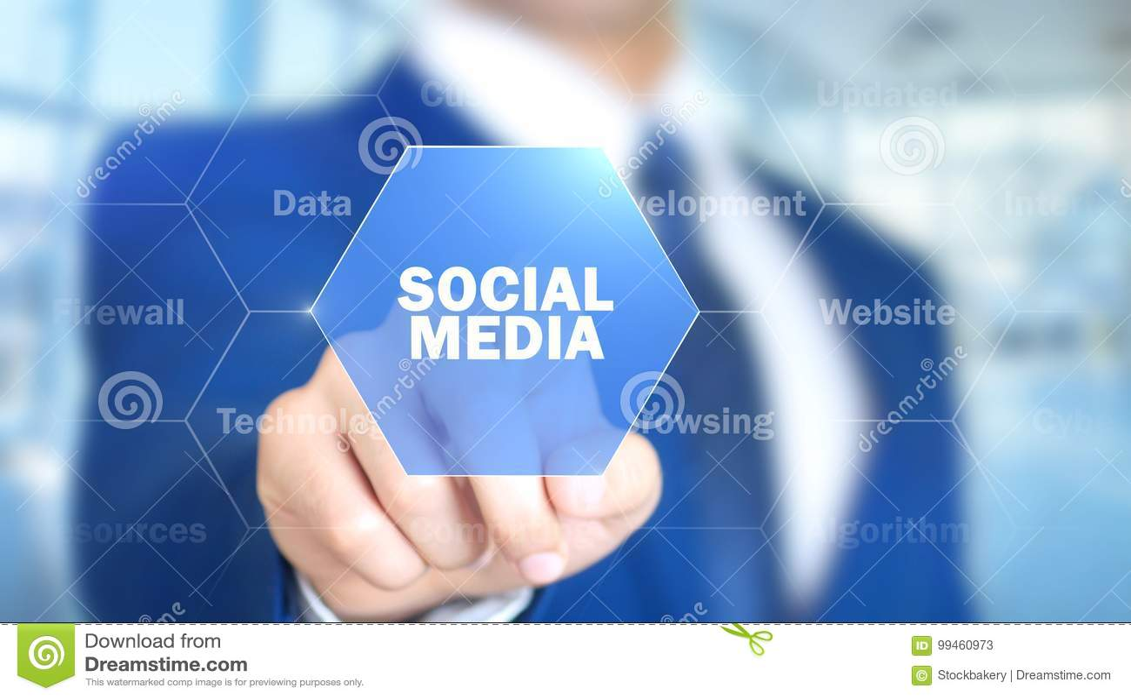Medios sociales, hombre que trabaja en el interfaz olográfico, pantalla visual