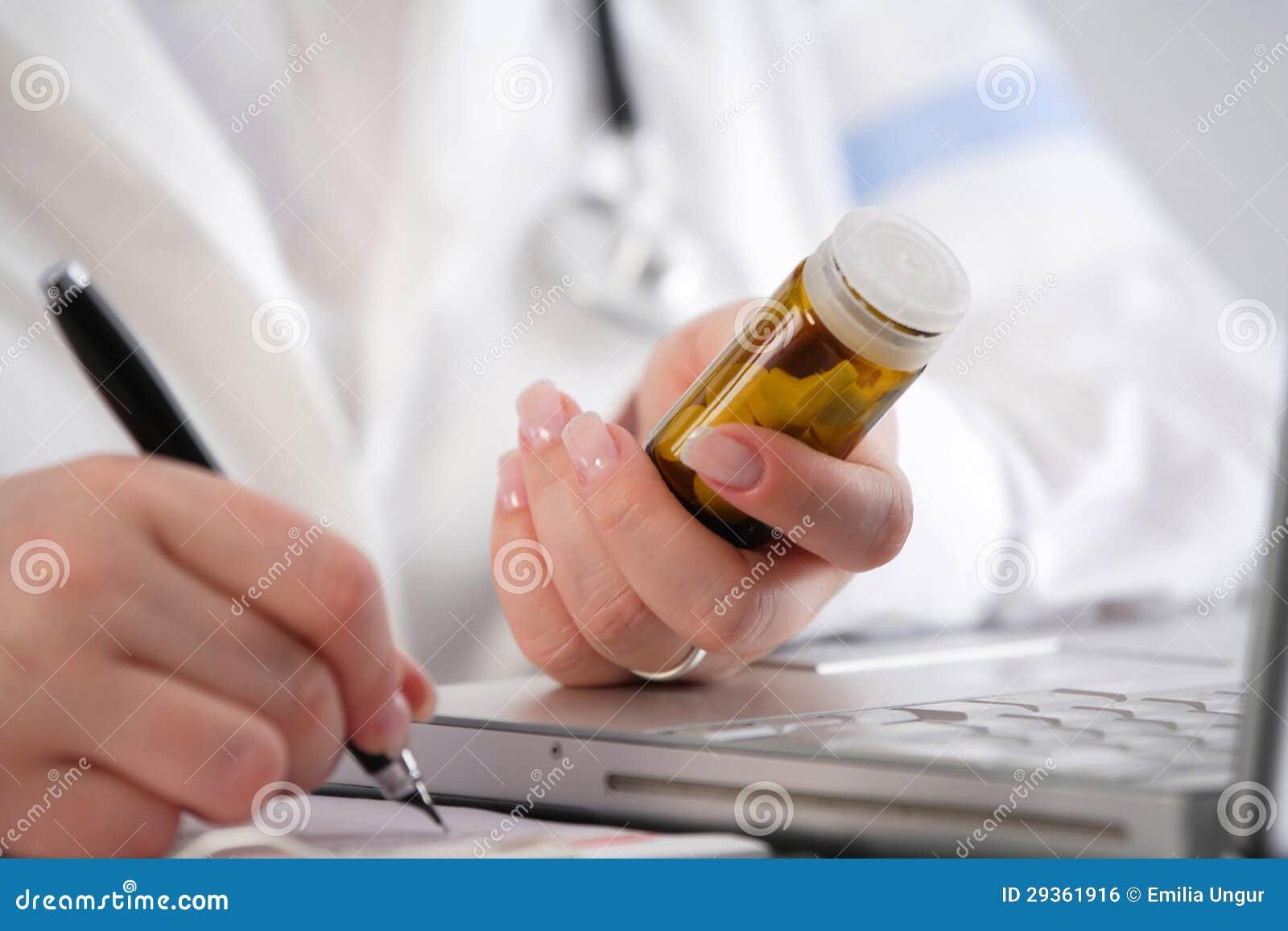 c0f15b3e89279 Medique A Escrita De Uma Prescrição Com Os Comprimidos Em Sua Mão ...