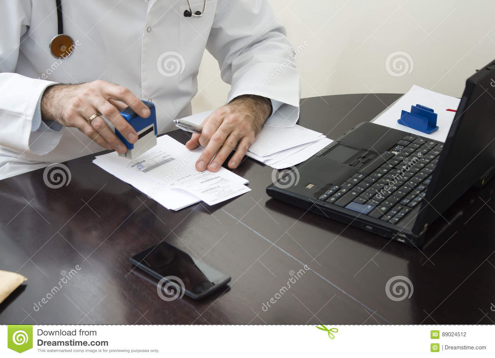 5bdef74e53576 Medique a mão do ` s carimbada na prescrição O doutor escreve uma  prescrição em sua