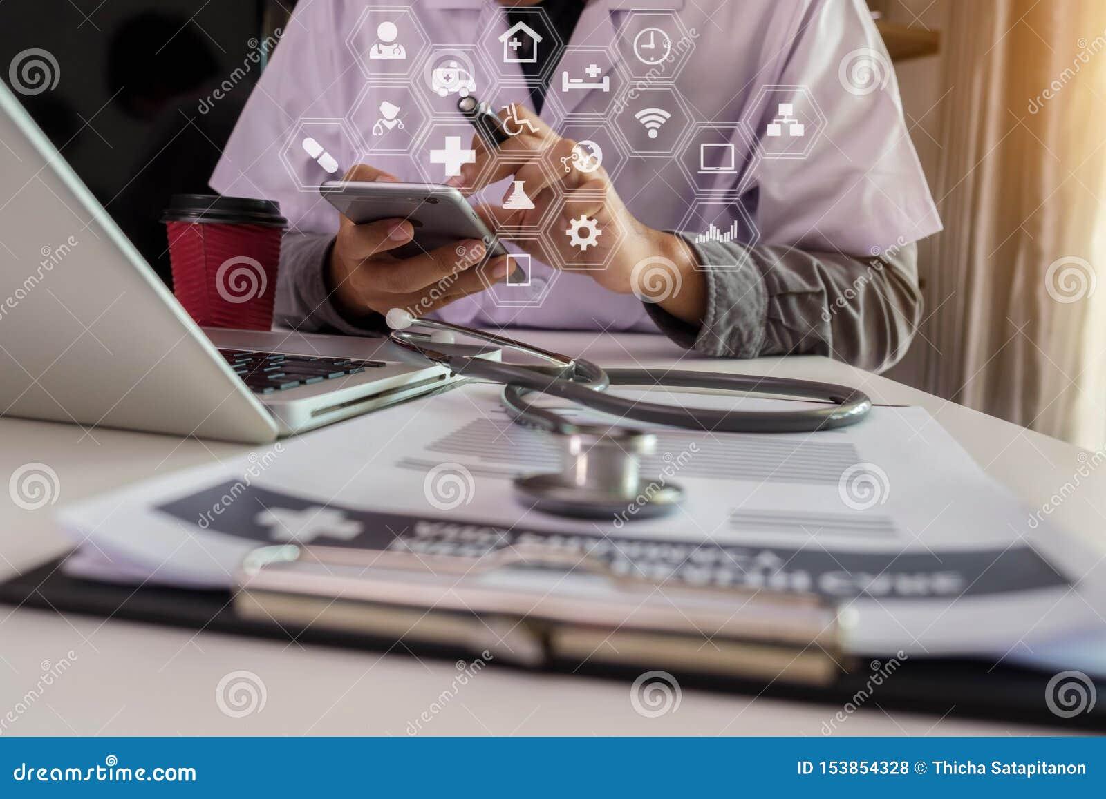 Medique o trabalho com laptop e a escrita no documento