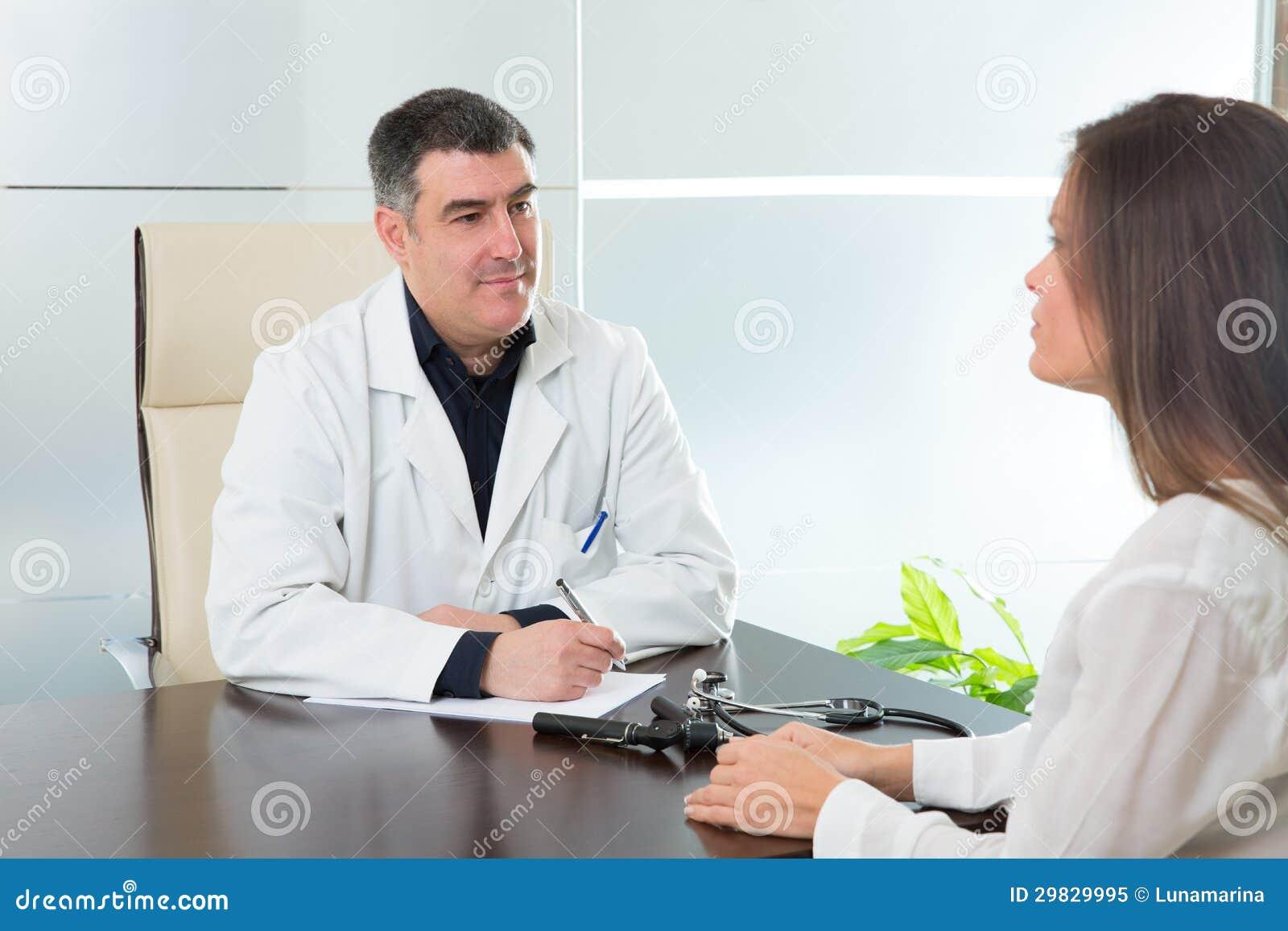 Medique a mulher do homem e do paciente na fala do escritório do hospital