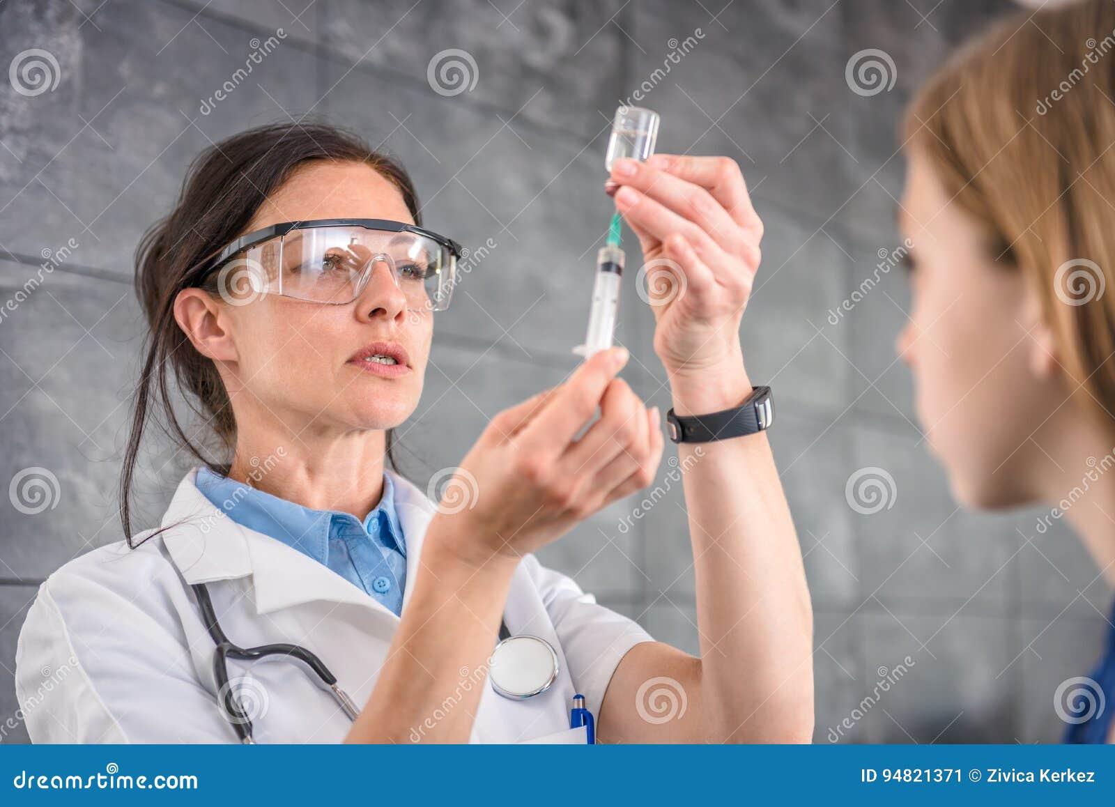 Medique a preparação de uma vacina injetar em um paciente