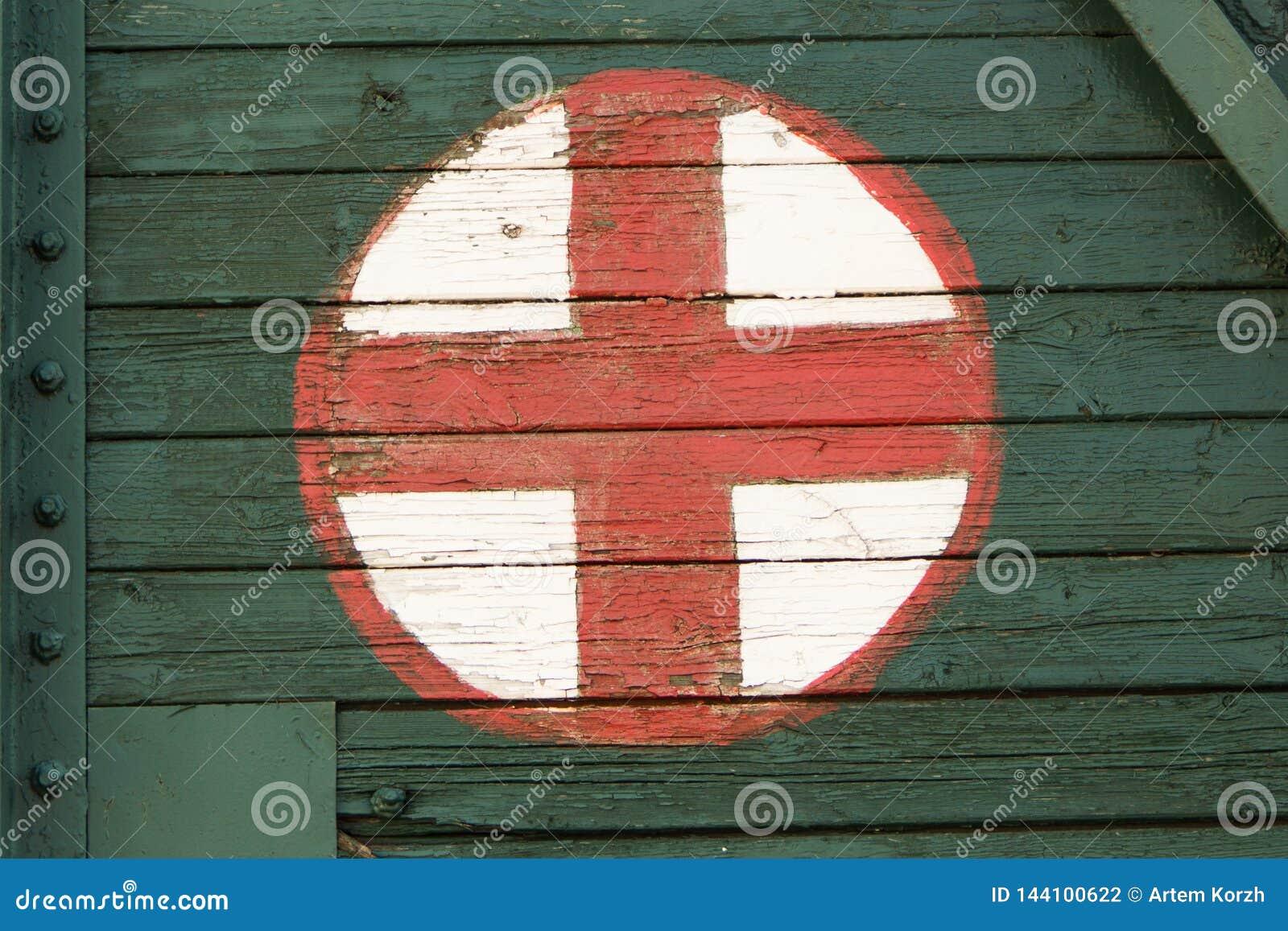 Medisch die symbool op oud spoorwegvervoer wordt geschilderd