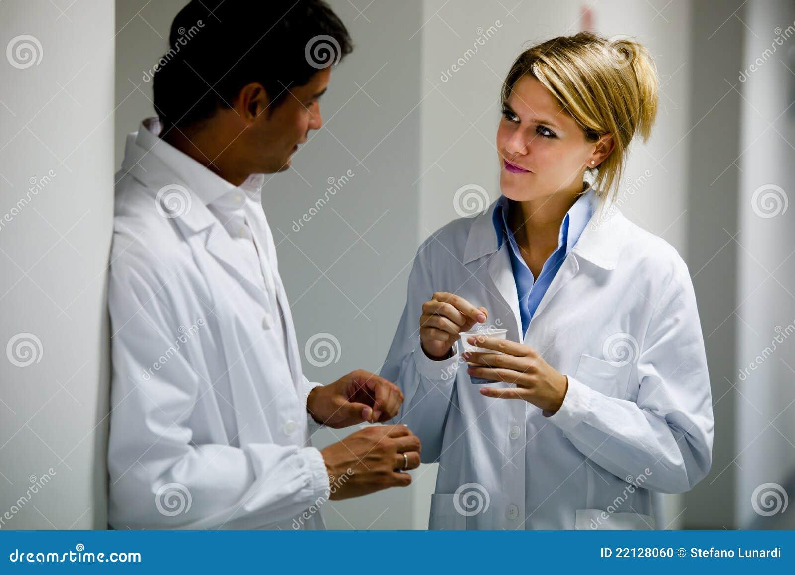 Medisch Personeel dat Koffiepauze heeft