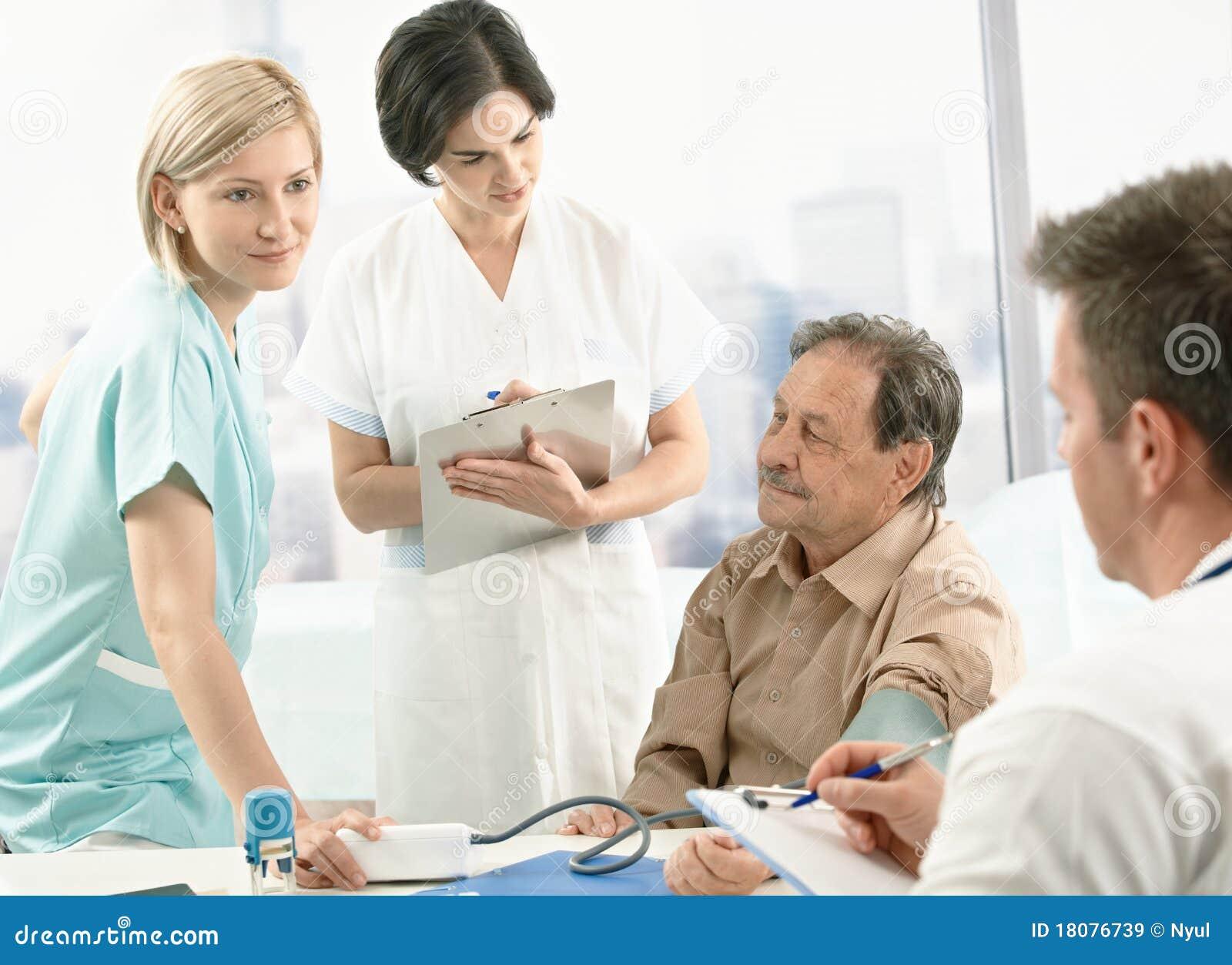 Medisch team dat bloeddruk meet