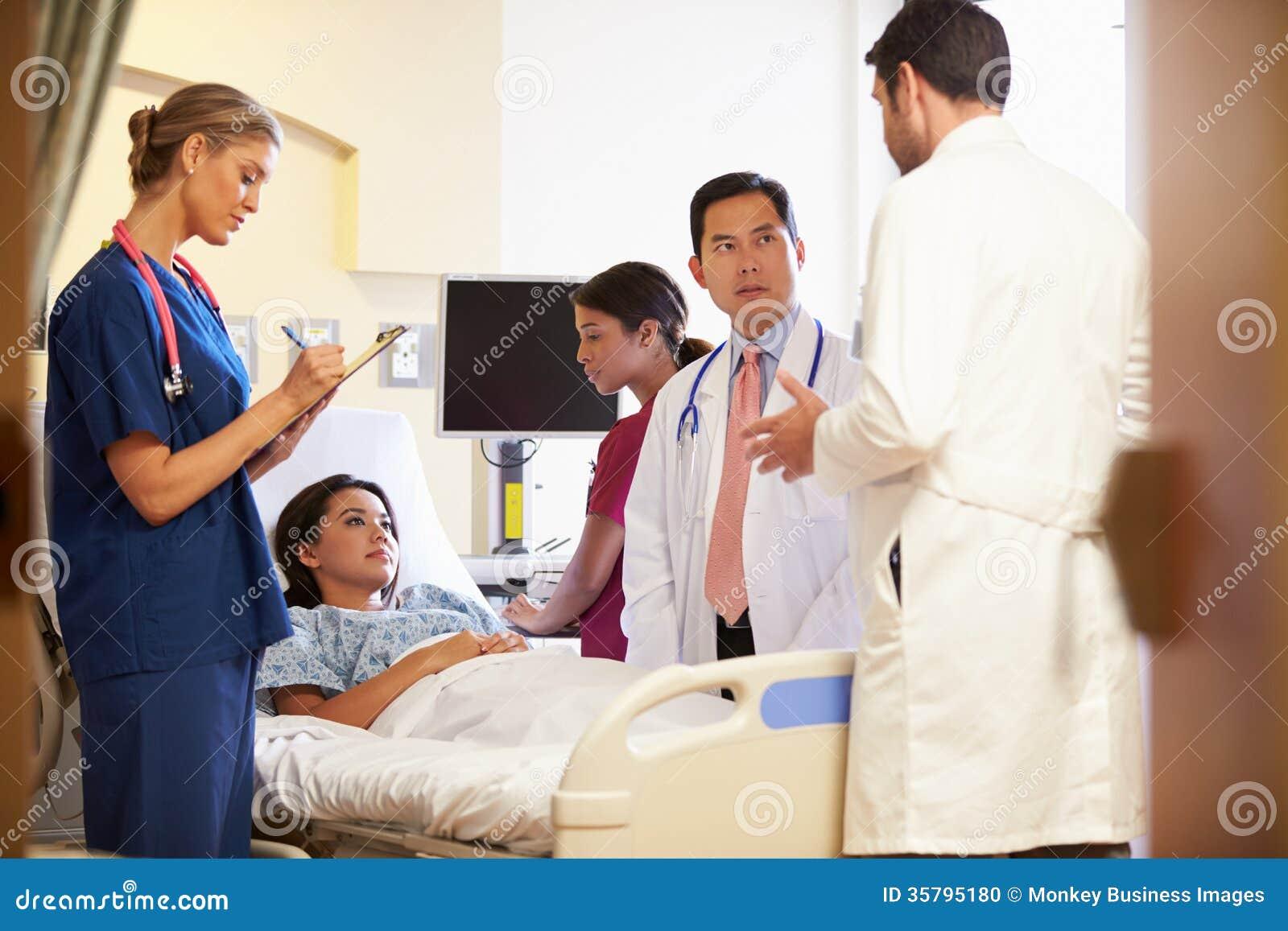 Medisch Team Meeting Around Female Patient in het Ziekenhuiszaal