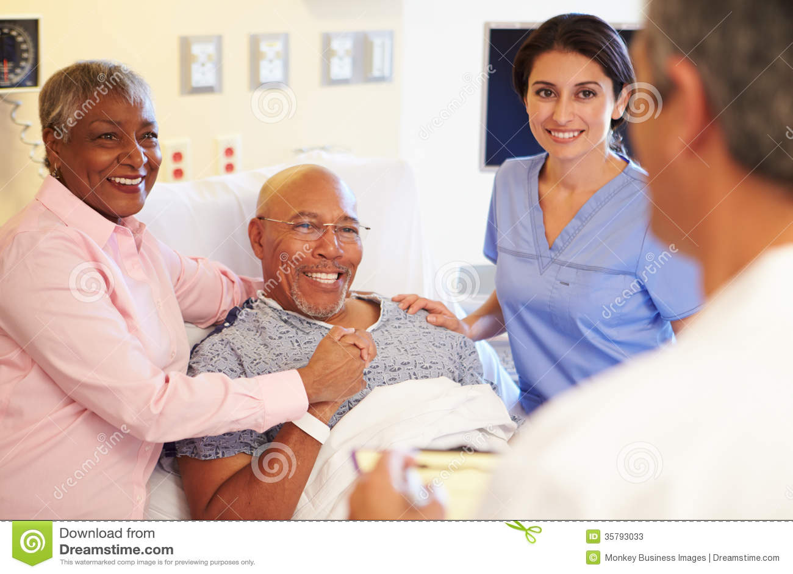 Medisch Team Meeting With Senior Couple in het Ziekenhuiszaal