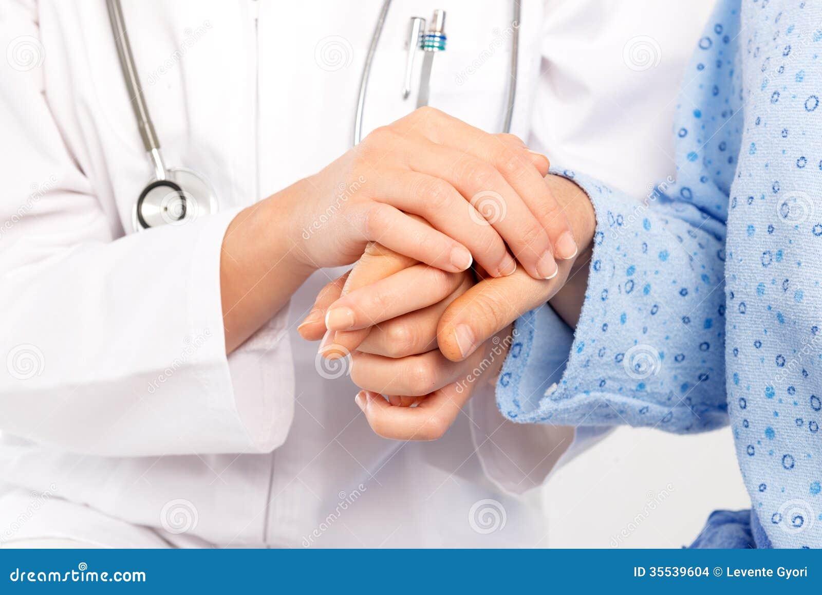 Medische arts die in de hand van de hogere patiënt een gat maken