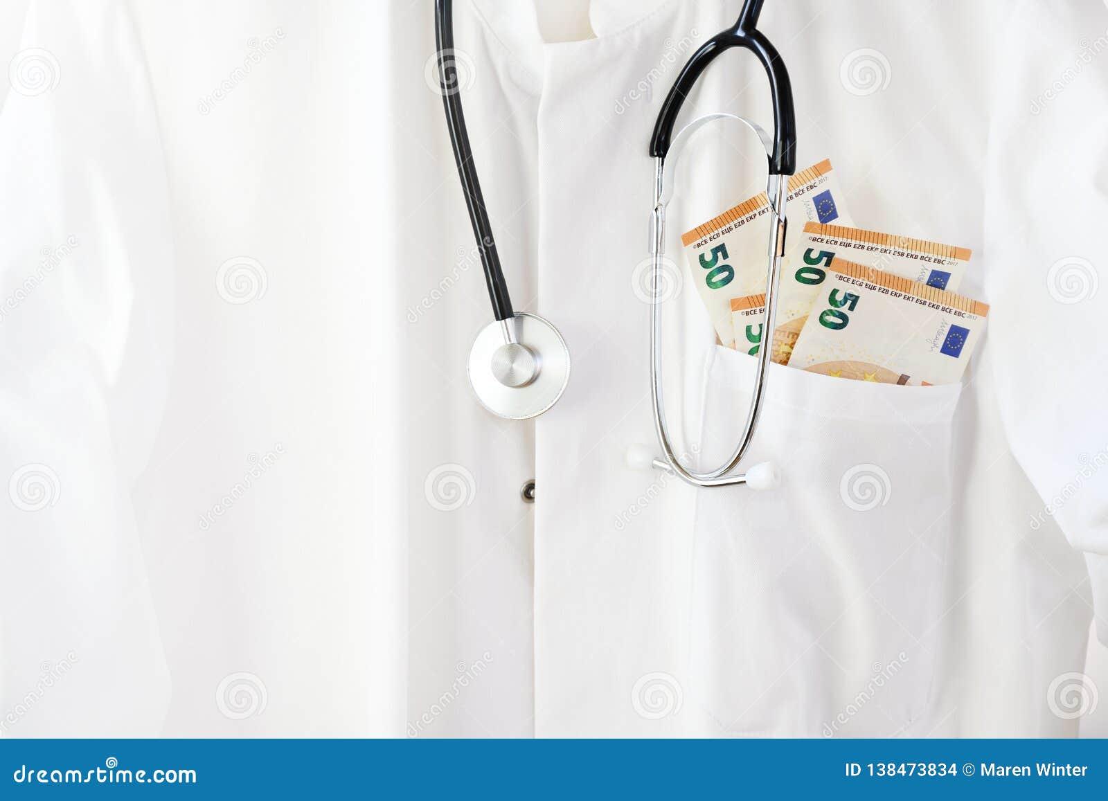 Medische arts of arts laag met stethoscoop en euro geld in de zak, gezondheidszorgkosten en corruptieconcept met exemplaar