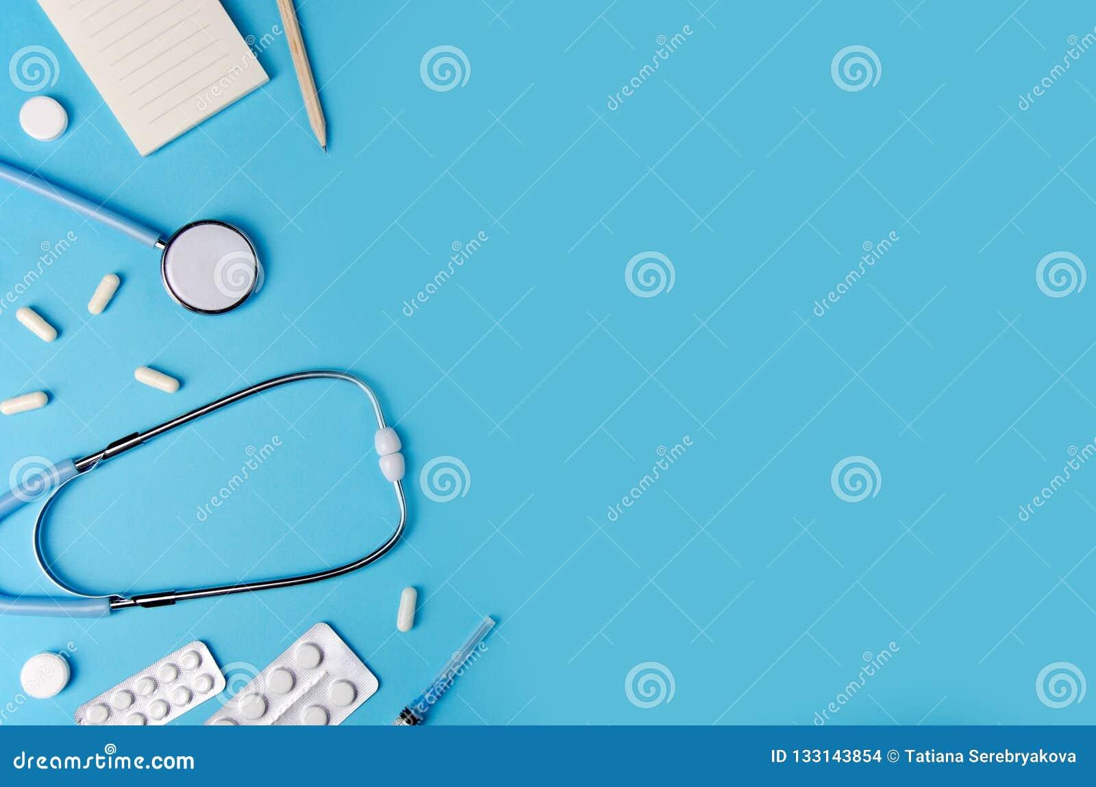 Medische concepten blauwe achtergrond Het bureau van de arts met instrumenten De ruimte van het exemplaar