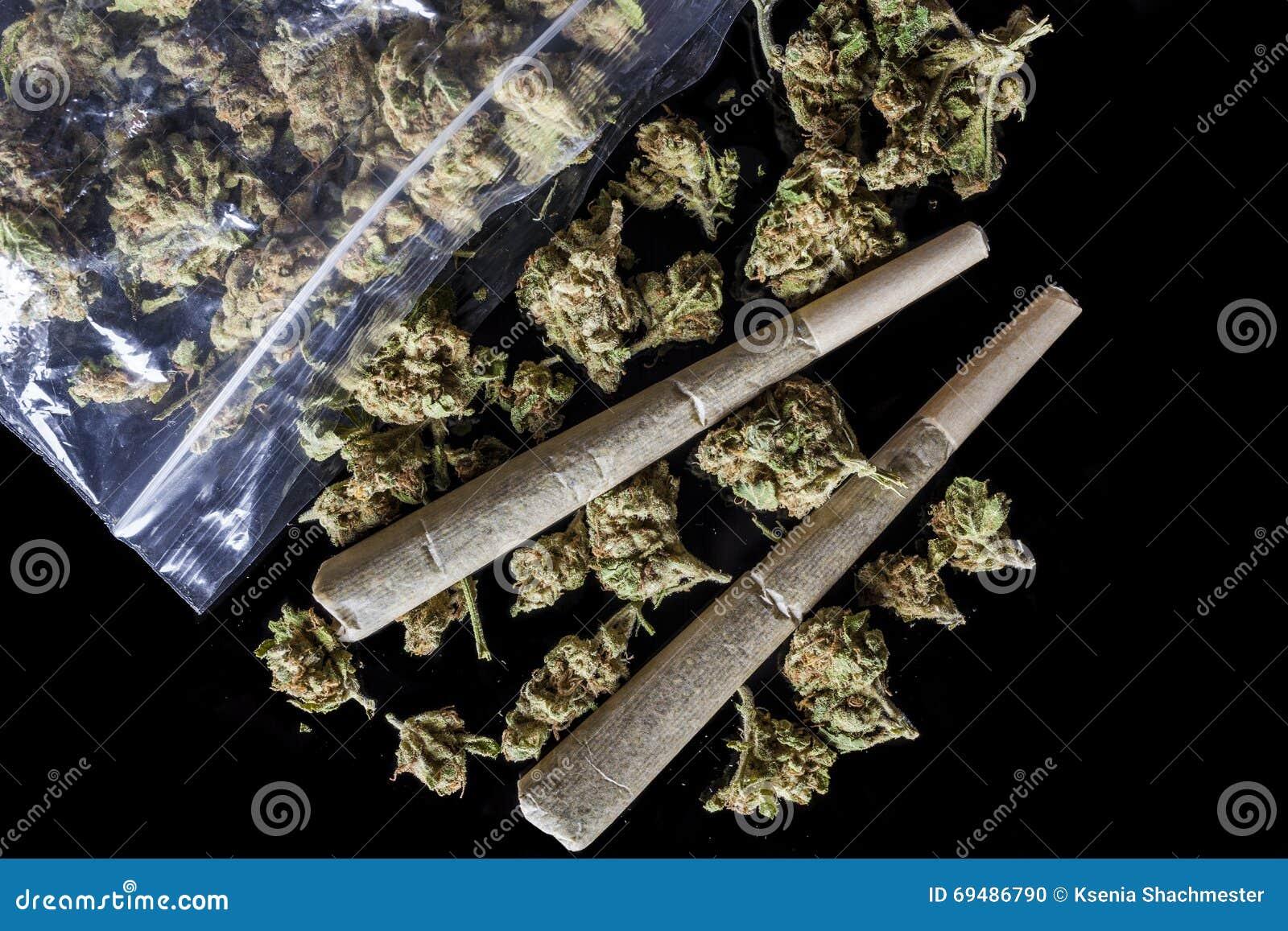 Medische die cannabisverbindingen en knoppen van pakketzwarte hierboven worden verspreid