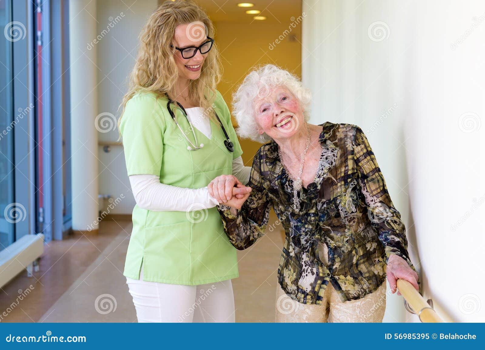 Medische Medewerker die Gelukkige Bejaarde Patiënt bijstaan