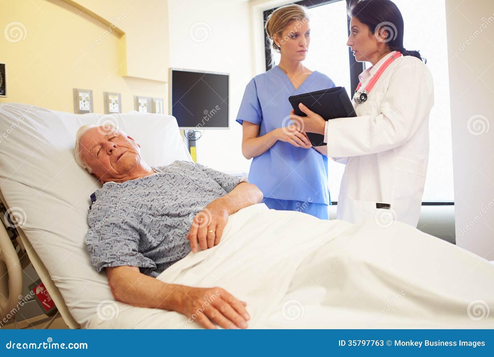 Medische Team Meeting As Senior Man-Slaap in het Ziekenhuiszaal