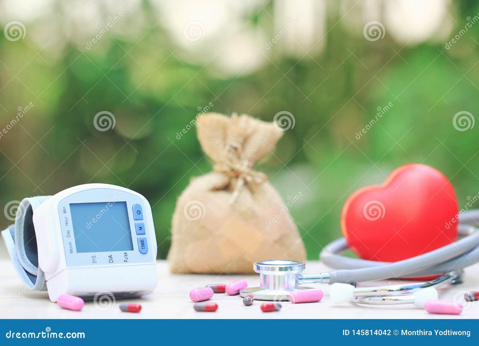 Medische tonometer voor het meten van bloeddruk met stethoscoop en rood hart op groene achtergrond, Medische kost en Gezondheid