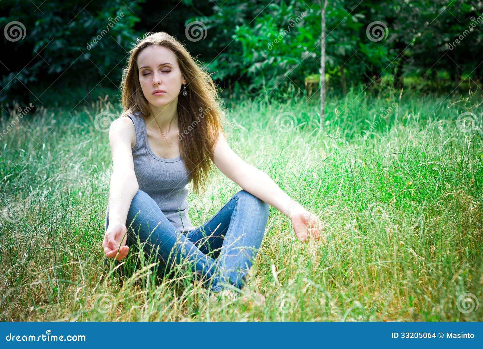 Meditação da jovem mulher