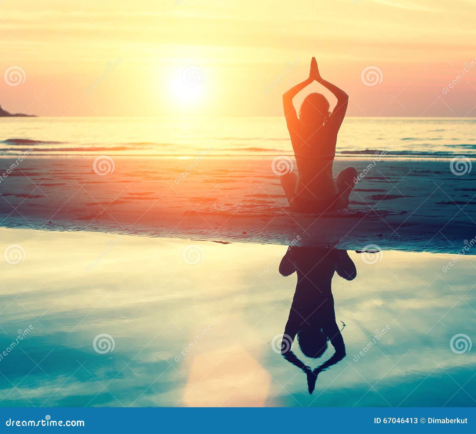Meditação, serenidade e ioga praticando no por do sol nave