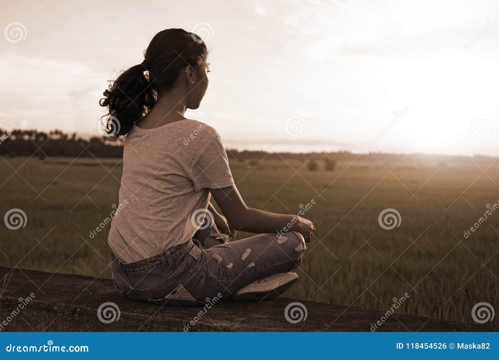 Meditación y relajación en una puesta del sol de Ricefield