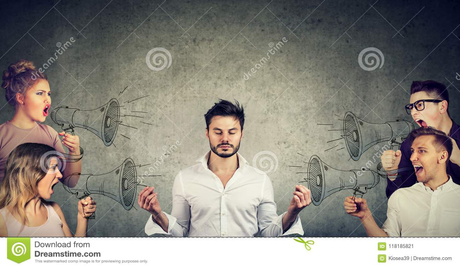 Meditando al hombre de negocios que no presta ninguna atención a la muchedumbre de gritar a gente enojada