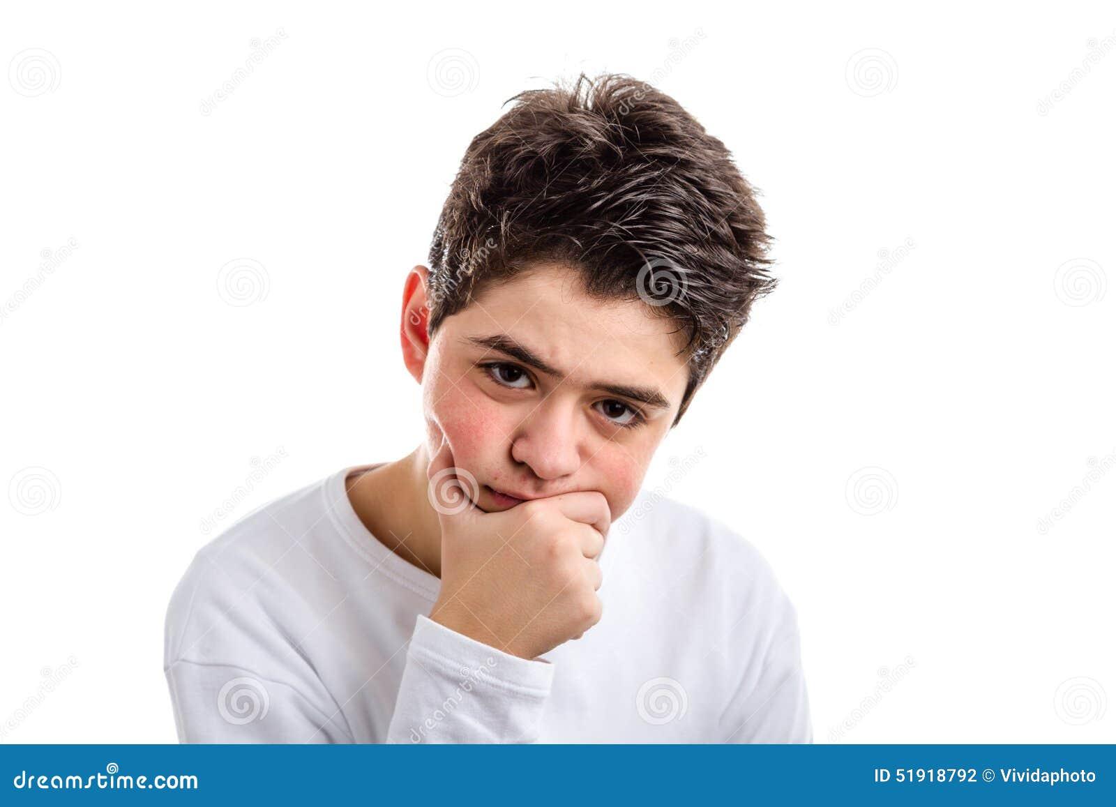 Meditar al muchacho hispánico preocupante con la piel del acné se sostiene la barbilla