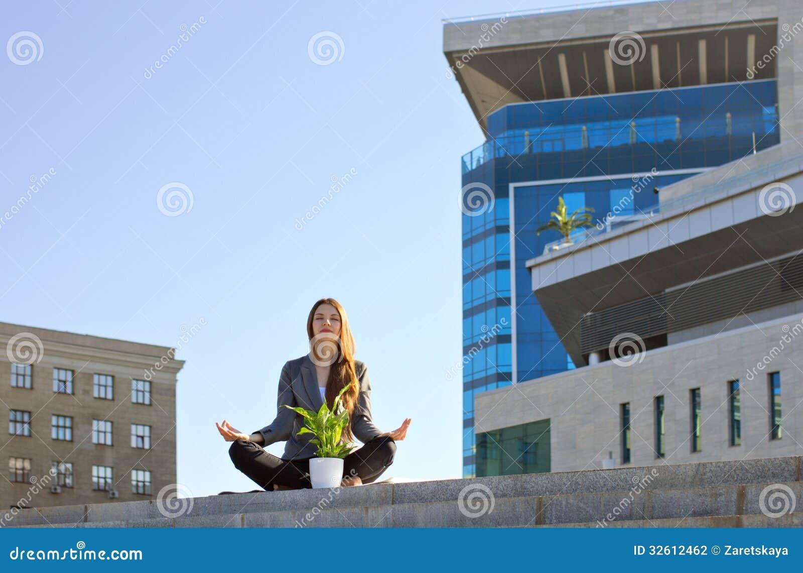 Meditar da mulher de negócios