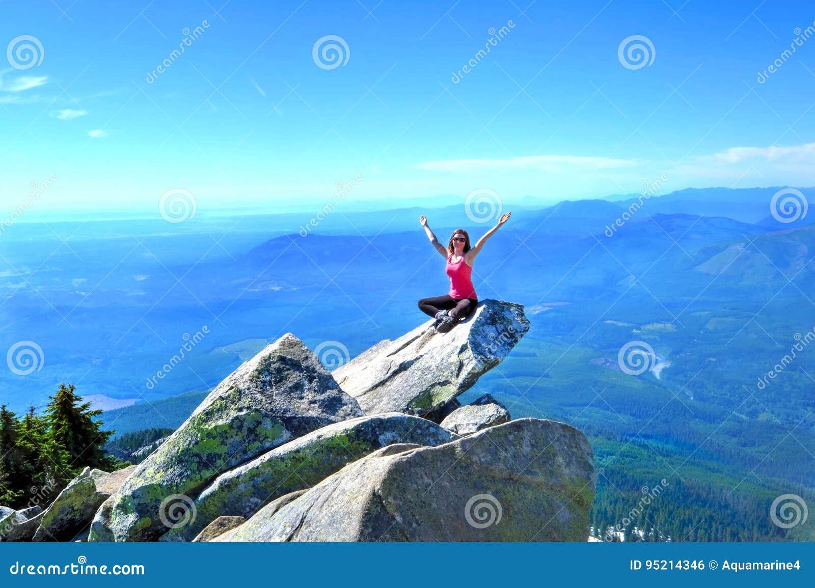 Meditatie op rots met bergen en valleimeningen Zet Pilchuck op seattle washington Verenigde Staten