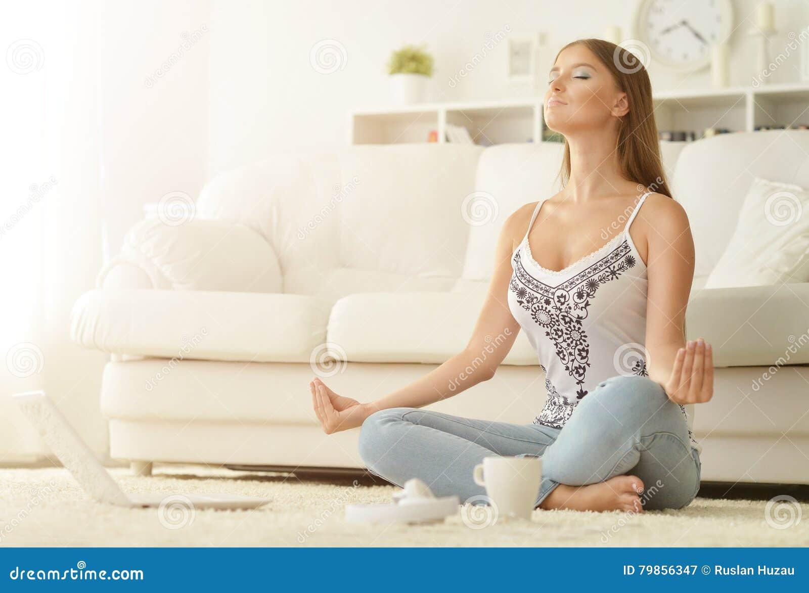 Meditating νεολαίες γυναικών