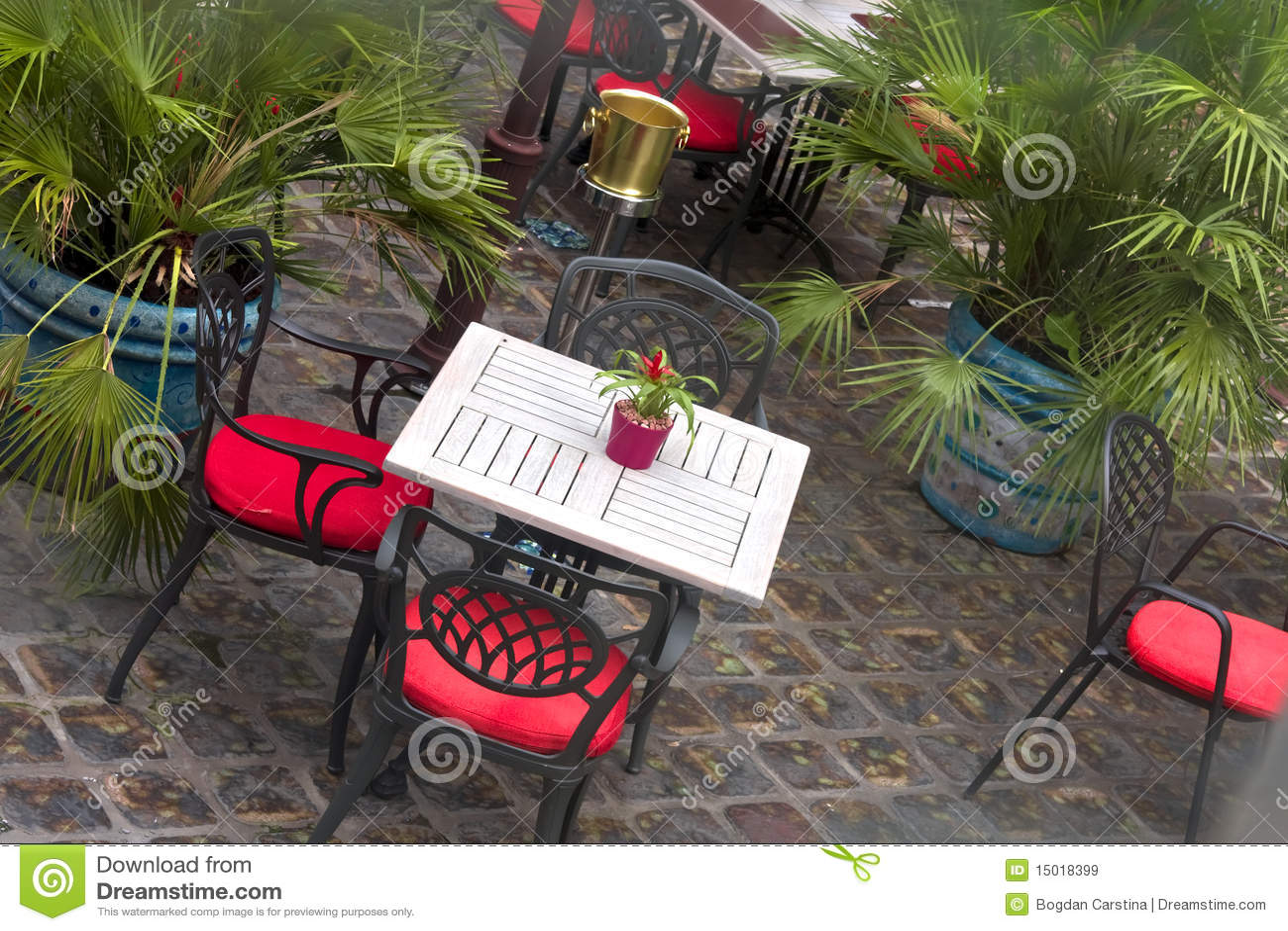 Mediterraan gestileerd terras stock afbeelding afbeelding