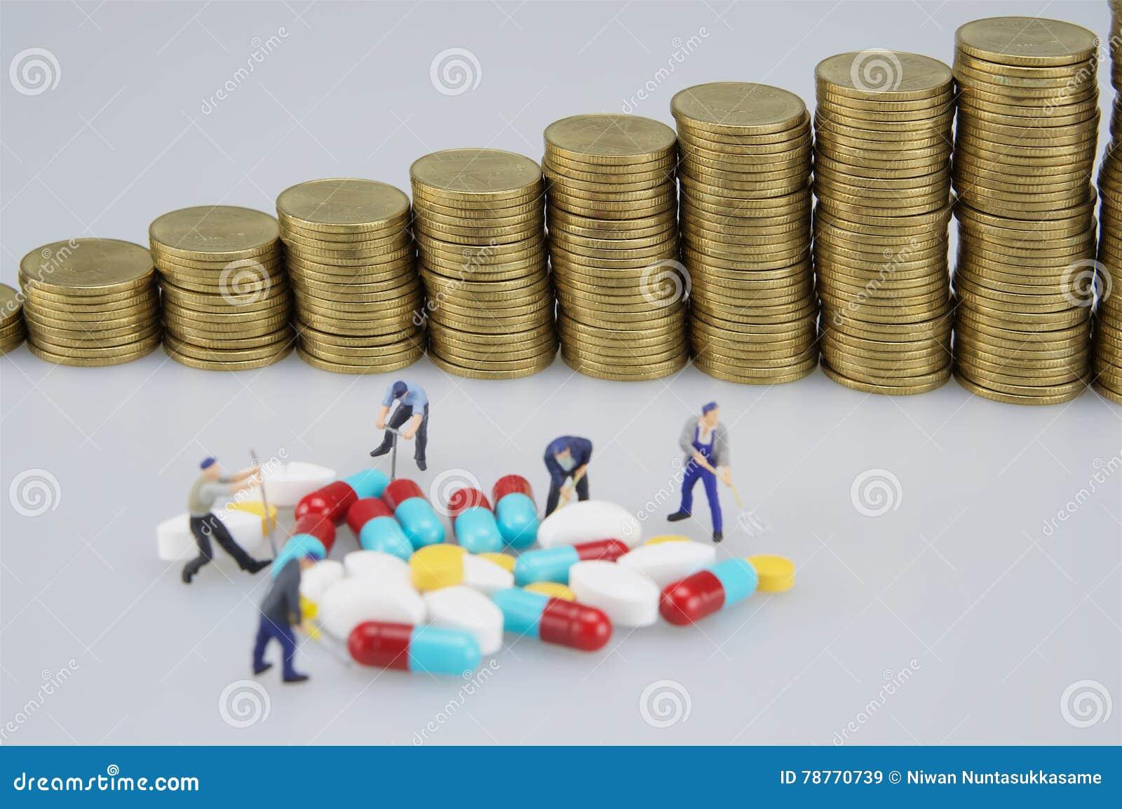 Medizin und Unschärfe des Stapels prägt mit Miniaturleuten