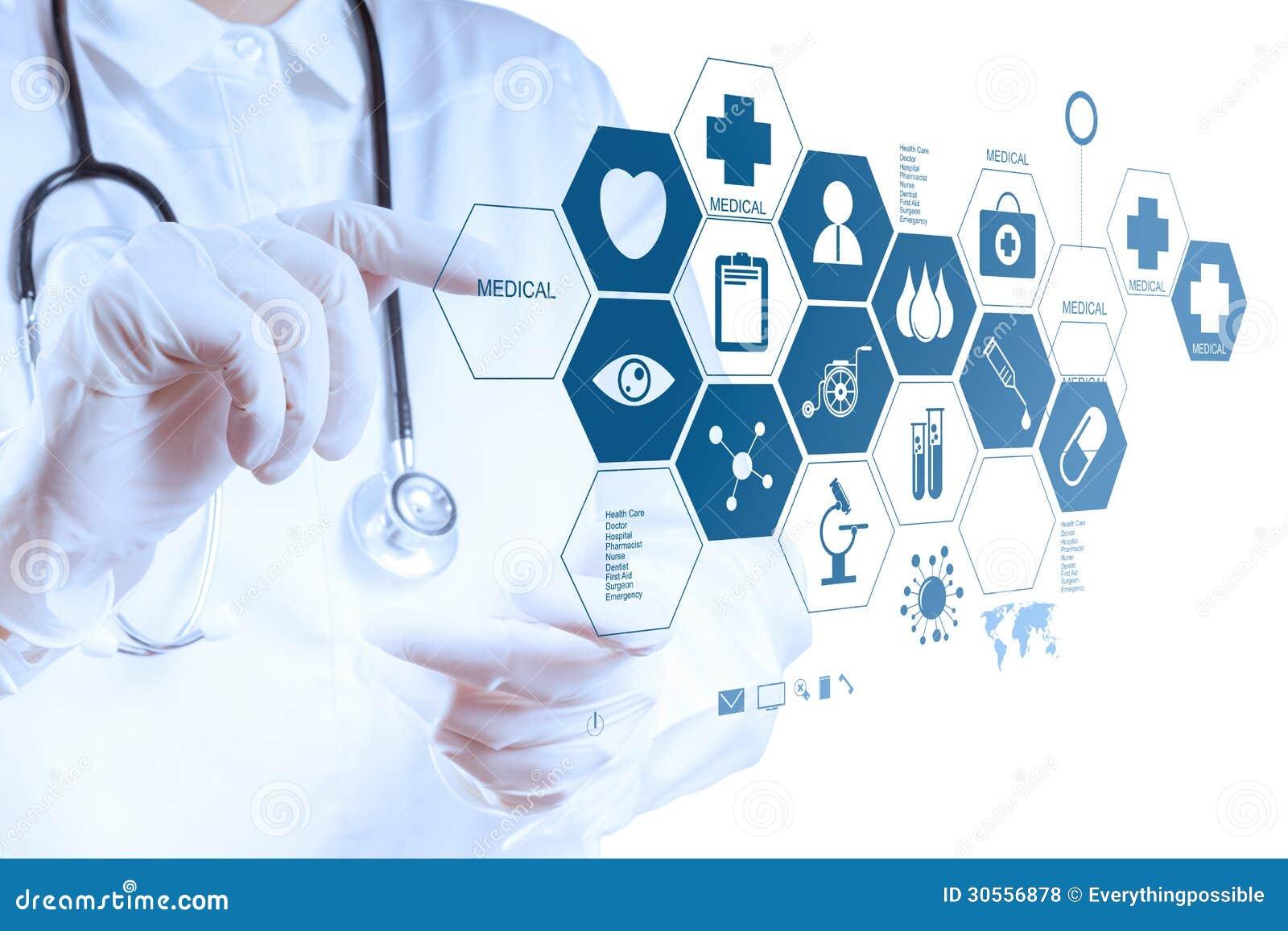 Medizindoktorhand, die mit moderner Computerschnittstelle arbeitet