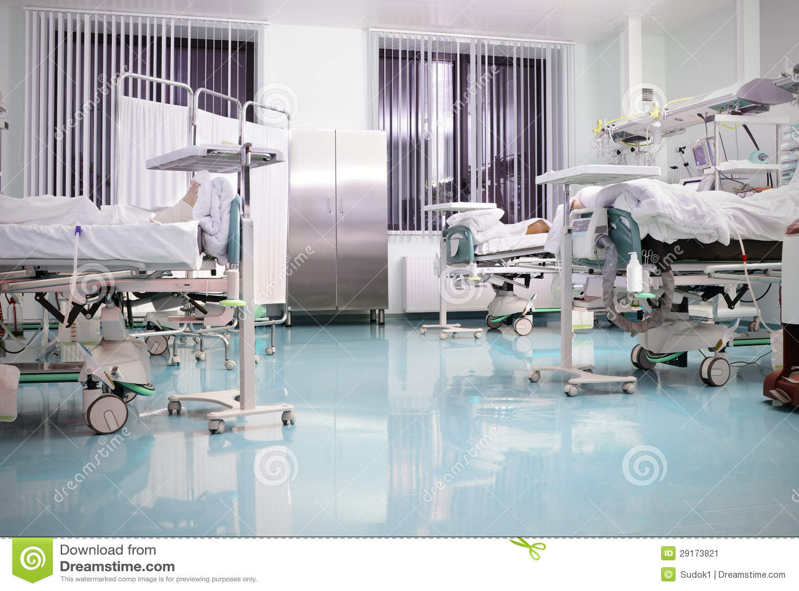 Fußboden Im Krankenhaus ~ Medizinische betten mit patienten im krankenhaus. stockbild bild