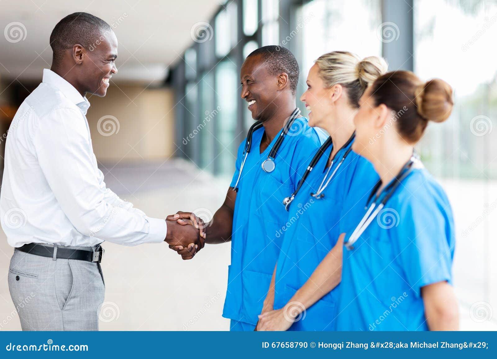 Medizinische Repräsentanten-Händeschüttelndoktoren