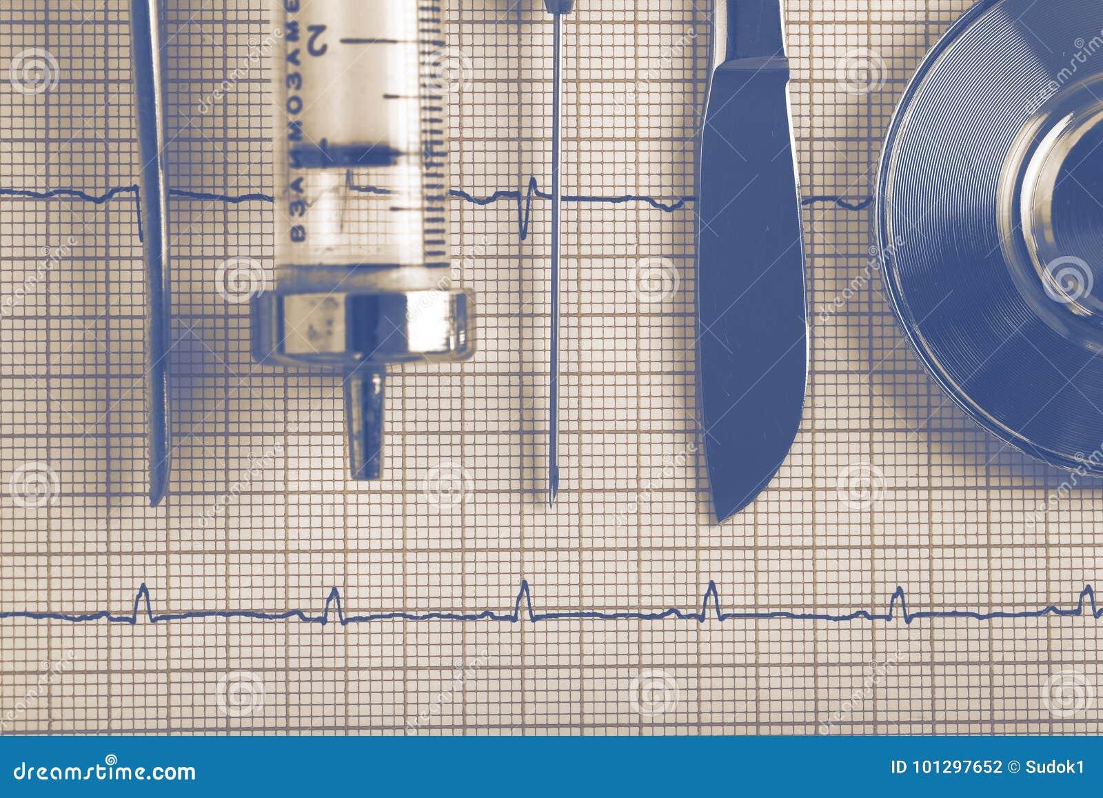 Medizinische Werkzeugausrüstung der Weinlese auf dem ECG